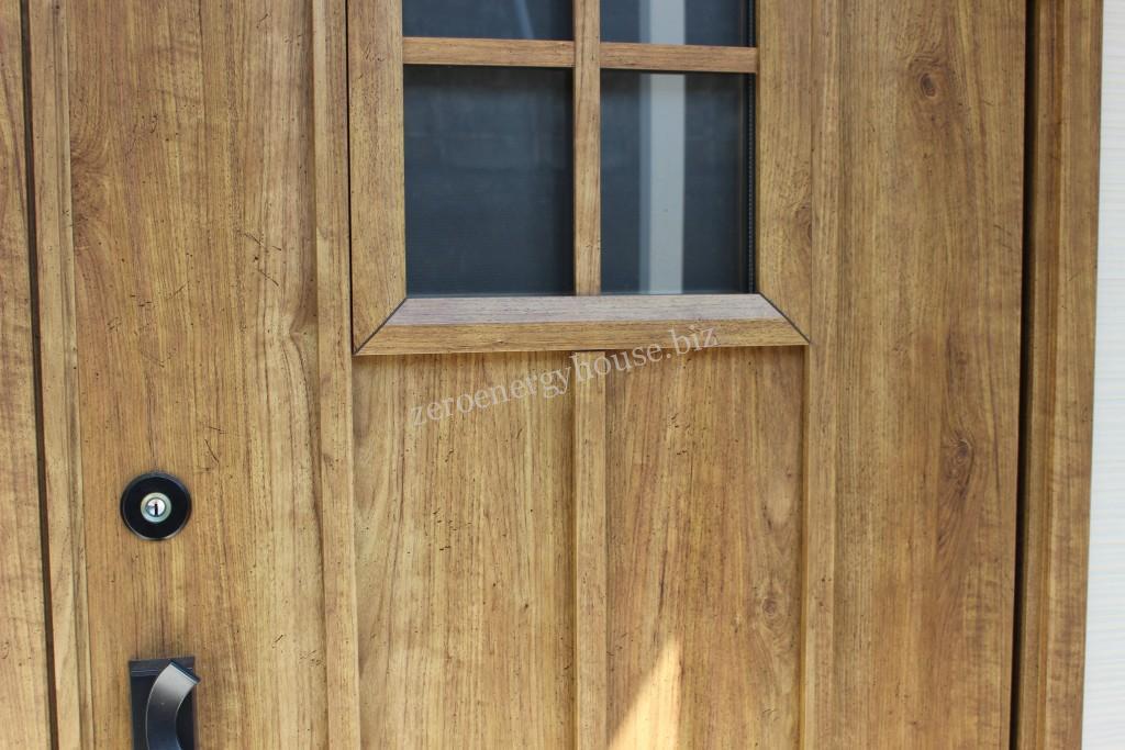 木目調玄関ドアに変更問題あり
